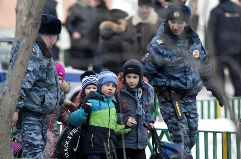 Police+evacuate+children+from+School+No.+263+in+Moscow+on+Monday.